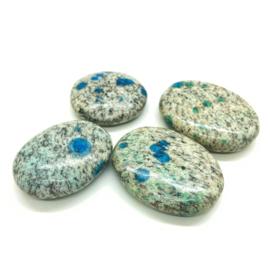 K2 Azuriet in graniet, platte handsteen