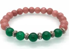 Handgemaakte armband met 8 mm aarbeikwarts en groene jade kralen.
