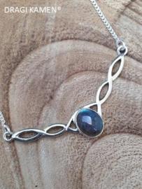 Prachtige 925 Zilveren collier met ovaal geslepen labradoriet cabochon.
