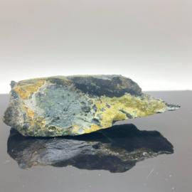 Andradiet, var. Demantoiet, groene Granaat op matrix, 115 gram
