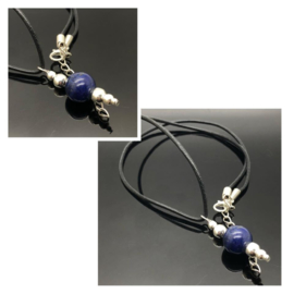 ''Spiritual control'' Lapis Lazuli hanger met leren ketting.