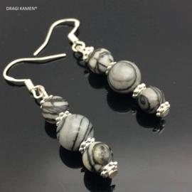 Fossiel Jaspis oorbellen aan 925/000 zilveren oorhaak.