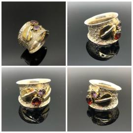 Zilveren ring met facet geslepen granaat en amethyst, 16 mm / 50,5