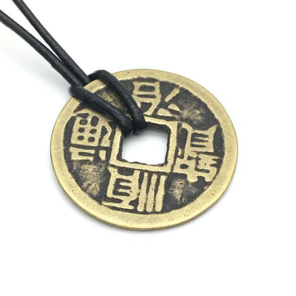 Oude Chinese geluksmunt De Qing-dynastie uit 1644-1661 hanger met leren veter