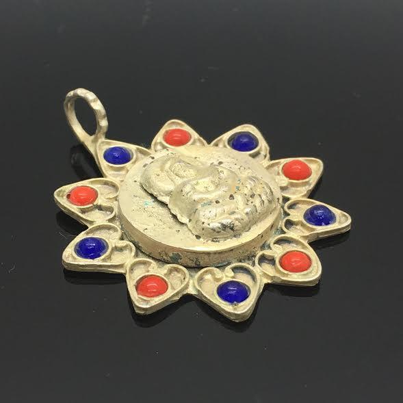 Zilveren hanger met lapis lazuli en koraal uit Tibet