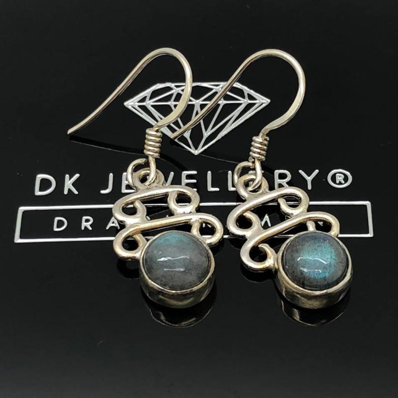 925/00 Zilveren oorbellen met geslepen labradoriet.