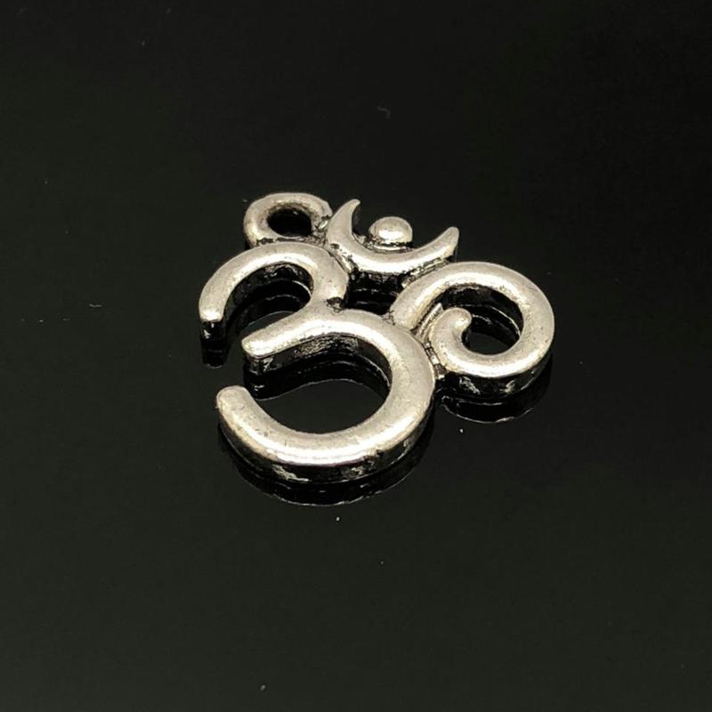 Ohm/Aum   Bedel metaal zilver kleur.