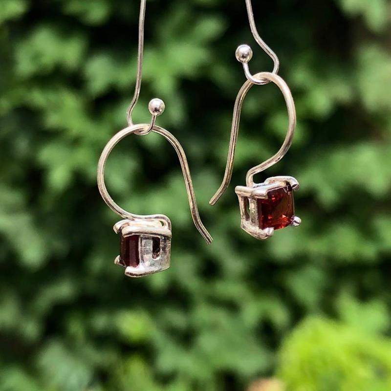 925/00 Zilveren oorbellen met geslepen granaat.