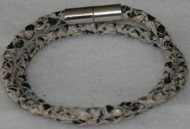 Wikkelarmband  van rondgevlochten leder in de kleur zwart-beige reptiel