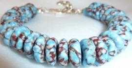 Armband glaskralen schijfjes lichtblauw bruin