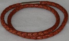 Wikkelarmband  van rondgevlochten leder in de kleur Magenta