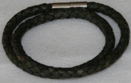 Wikkelarmband  van rondgevlochten leder in de kleur donkergrijs-zwart