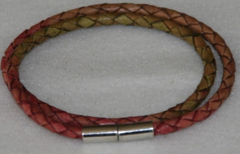 Wikkelarmband  van rondgevlochten leder in de kleuren roze-groen-bruin