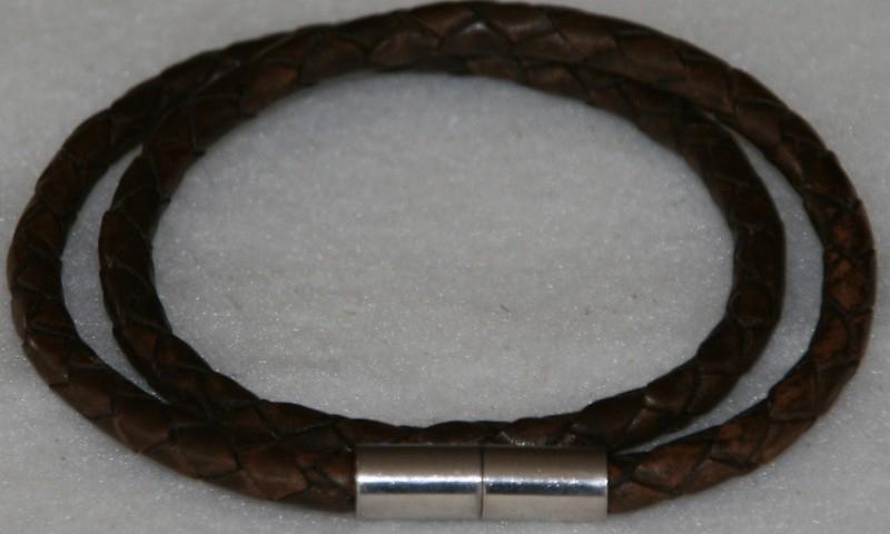 Wikkelarmband  van rondgevlochten leder in de kleur donkerbruin