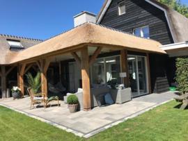 252) Douglashouten Kapschuur met veranda en geïntegreerd rieten dak