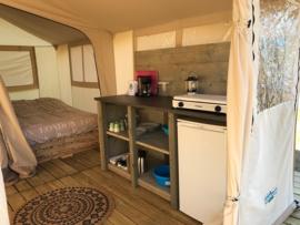 240) Camping inrichting met diverse houtsoorten