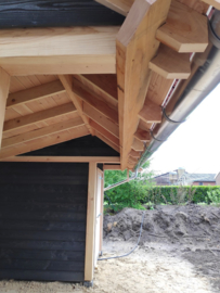 263) Kapschuur van Douglashout met dakpannen