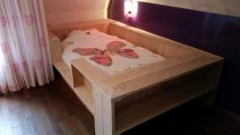 21) Bed gemaakt van Douglas Lariks hout