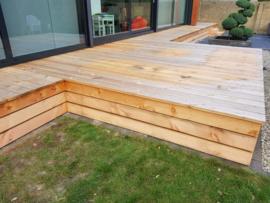 238) Overkapping en houten meubelen