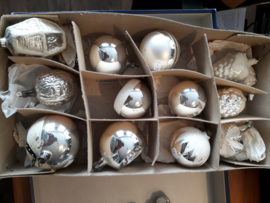 Doosje oude kerstballen zilverkleur