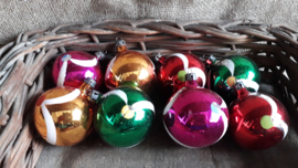 8 gekleurde oude kerstballen