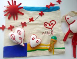 Knuffel van tekening:  speeltas Niko en Oma