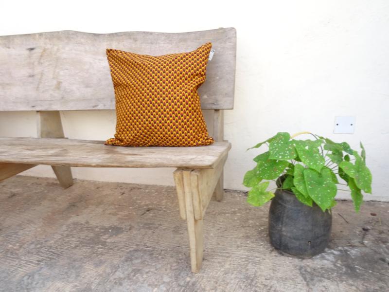 Kussensloop bruin/oranje veertje  50 x 50 cm