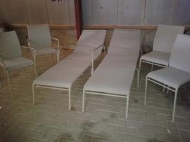 set van 2 ligbedden en 4 stapelbare stoelen