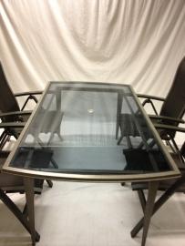 design tafel met glas plaat en stalen frame