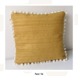 Goudgeel kussentje met pompoms! 30 x 30 cm