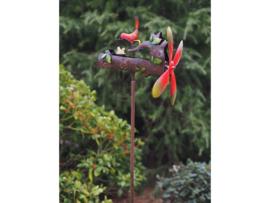 Windspel vogel voert kuikens