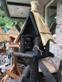 Vogelhuis/voederhuis  rieten dak met ruimte voor pindakaaspot