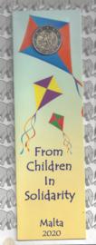 """Malta 2 euromunt CC 2020 (20e) """"Kinderen en Solidariteit: Spelen"""", met muntteken Monnaie de Paris in bladwijzer."""