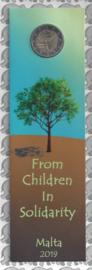 """Malta 2 euromunt CC 2019 """"Kinderen en Solidariteit: Natuur en Milieu"""", met muntteken Monnaie de Paris in bladwijzer."""