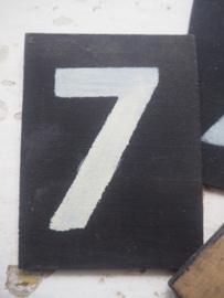 Vintage aankondigingsbordjes met nummers.