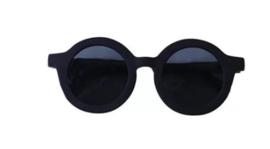 Zonnebrillen en petten