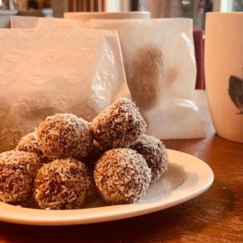 Dadel-notenballetjes in pergamijnen zakjes