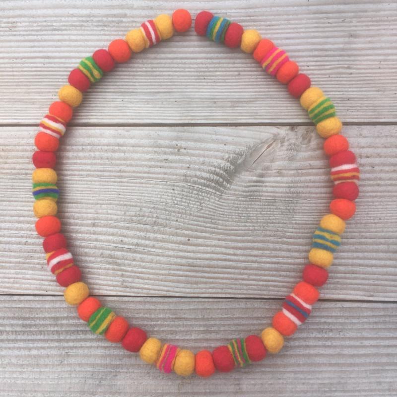 Vilten ketting rood / geel / oranje