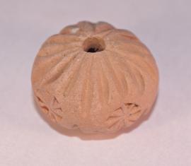 afgeplatte terracotta kraal met klein bloem motiefje 15 mm doorsnee (14T004)