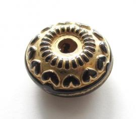 Metallook zwart-goud disc met hartjes 19 x 9 mm (09K000565)