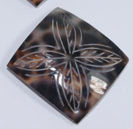 Vierkante schelpenhanger met decoratie (S02)