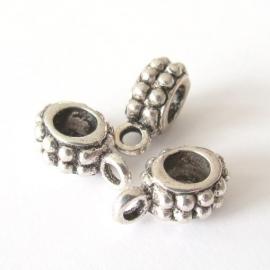 Metalen kraal ovaal bewerkt met hangeroog groot gat (13K000835)