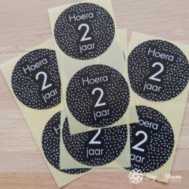 Sticker 35mm - hoera 2 jaar - per 20
