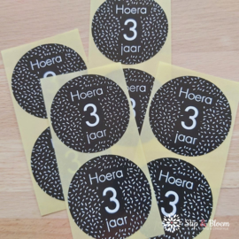 Sticker 35mm - hoera 3 jaar - per 20