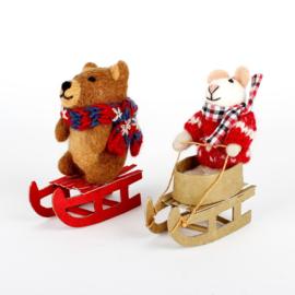 Vilten hanger - muis / beer op slee - per stuk