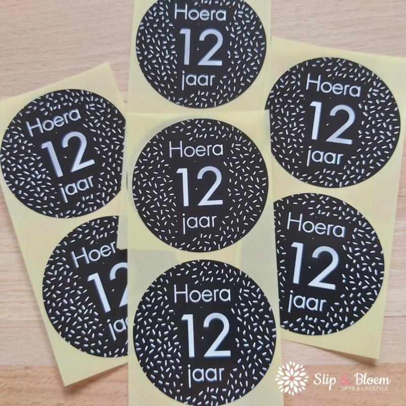 Sticker 35mm - hoera 12 jaar - per 20