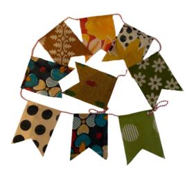 Slinger met vlaggetjes van recyclede sari