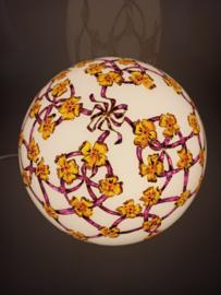 Lamp 15 paarse linten en gele bloemen
