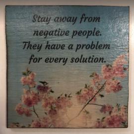 """cottoncounts houten onderzetter   """"Stay away from negative people"""""""