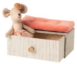 Maileg muis kleine zus | dansmuis in bedbank